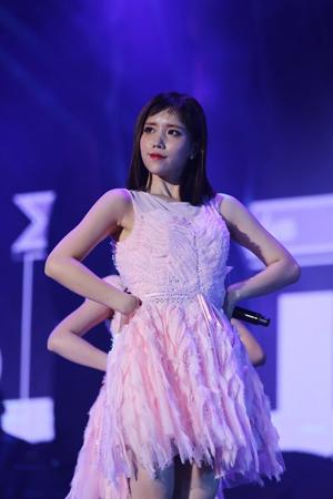 韓国ガールズグループ「LOVELYZ」メンバーのJINが、コンサート前日のリハーサル中に足首を負傷した。(提供:OSEN)