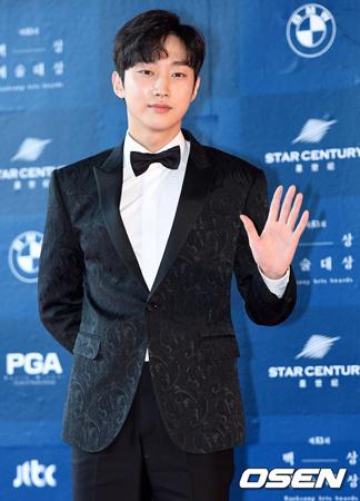 韓国ボーイズグループ「B1A4」メンバーのジニョンが、MBCのトーク番組「ラジオスター」でスペシャルMCを務めることになった。(提供:OSEN)