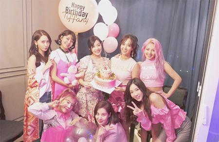 韓国ガールズグループ「少女時代」ティファニー(28)が誕生日パーティーのようすを公開した。(提供:OSEN)