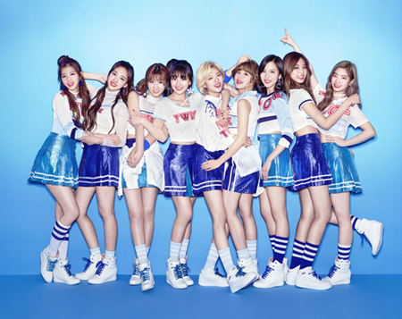 韓国ガールズグループ「TWICE」の日本デビューアルバムが25万枚を売り上げてプラチナ認定され、韓国のアーティストとして唯一の記録を打ち立てた。(提供:OSEN)