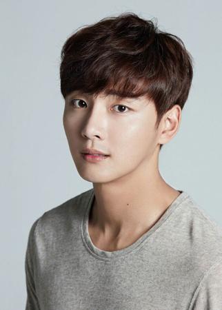 韓国俳優ユン・シユンが、シン・ヘソン(SHINHWA)の新曲MVに出演する。(提供:OSEN)