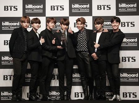 韓国アイドルグループ「防弾少年団」が米「2017 Teen Choice Awards(ティーン・チョイス・アワード)」で受賞し、グローバルスターとしての人気を改めて証明した。(提供:OSEN)