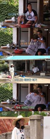 韓国俳優イ・ソジンが、tvN「三食ごはん」で朝から女優ハン・ジミンを見ながらえくぼがあふれる笑顔を見せた。(提供:OSEN)