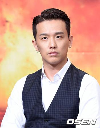 韓国の歌手兼音楽プロデューサー、KUSH(33)が「BIGBANG」SOL(29)のファンから贈られたプレゼント写真と共に、ジョークを飛ばした文章を掲載して波紋を広げた。(提供:OSEN)
