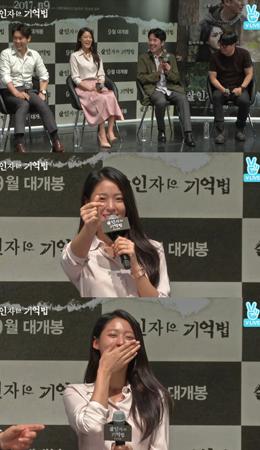 韓国映画「殺人者の記憶法」に出演したソリョン(AOA)が、リアルタイム検索で上位圏内に入ったという知らせを聞いて指ハートで応えた。(提供:news1)