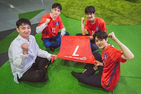 「NU'EST W」、ロシアW杯アジア地区最終予選を応援(提供:news1)