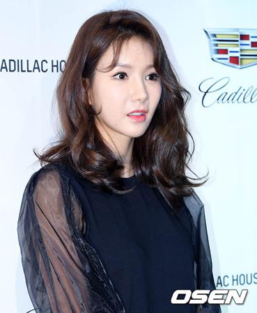 韓国ガールズグループ「AFTERSCHOOL」の元メンバーで歌手のジョンア(34)が、プロバスケットチーム昌原LGセイカーズ所属のチョン・チャンヨン選手(29)と結婚することを発表した。(提供:OSEN)