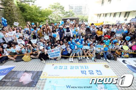 韓国の人気グループ「JYJ」パク・ユチョン(31)の召集解除(除隊)に合わせ、国内外から多くのファンが続々と江南(カンナム)区庁に集結している。