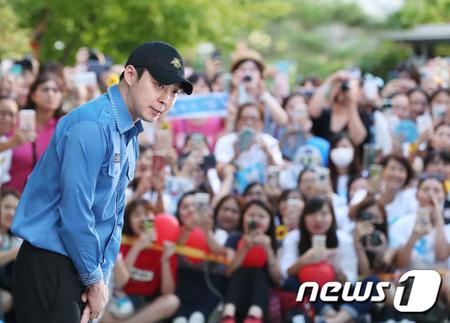 韓国ボーイズグループ「JYJ」メンバーのユチョン(31)のファンが、ソウル・江南(カンナム)区庁に集まり、熱い応援で除隊するユチョンを迎えた。(提供:news1)
