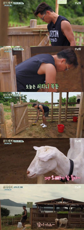 """韓国俳優イ・ソジンが、一人でヤギの""""ジャクソン・ファミリー""""の世話をした。(提供:OSEN)"""