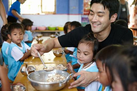 「SJ」シウォン、ベトナムでユニセフ教育現場を訪問=除隊後はじめての活動(提供:OSEN)