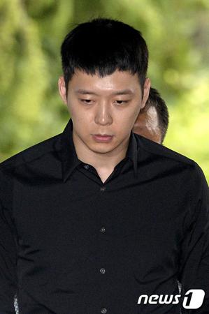 韓国の人気グループ「JYJ」パク・ユチョン(31)に性的暴行を受けたと主張し、虚偽の告訴をした容疑で裁判に移された女S側が記者会見を開く。