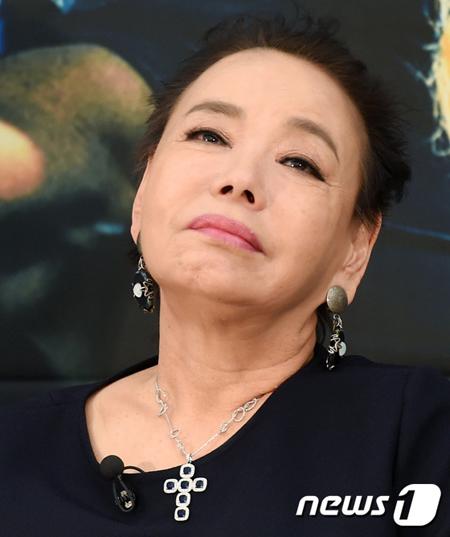 韓国女優キム・スミが、故マ・グァンス教授の葬儀に向かう途中で自殺騒動となった。(提供:news1)
