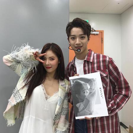 韓国歌手ヒョナと、ボーイズグループ「Wanna One」メンバーのライ・グァンリンが、仲睦まじい写真を公開した。(提供:OSEN)