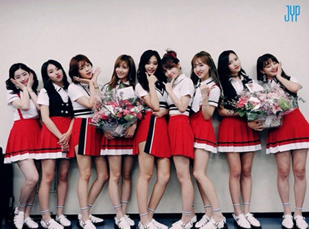 韓国国内でヒット曲「SIGNAL」での活動を終えてから4か月が過ぎた現在、ガールズグループ「TWICE」が日本での近況を伝えた。(提供:OSEN)