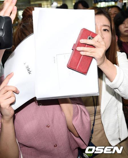 "「JYJ」ユチョンに対する虚偽告訴容疑の女性、記者会見に同席も弁護士に""完全保護""され裁判所へ"