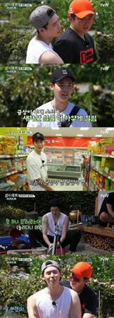 """韓国俳優ユン・ギュンサンとイ・ジョンソクが、""""恋人""""以上のケミストリーを見せた。(提供:OSEN)"""