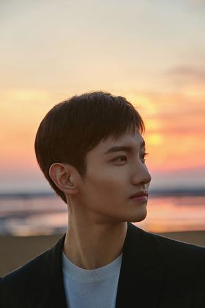 韓国ボーイズグループ「東方神起」メンバーのチャンミンのソロ曲「In A Different Life」MVティーザー映像が23日に公開される。(提供:OSEN)
