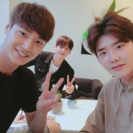 俳優イ・ジョンソク、イ・テファン、チャ・ウヌ(ASTRO)が友情ショットを公開した。(提供:OSEN)