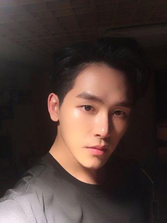 独り立ちした韓国アイドルグループ「INFINITE」出身のイ・ホウォン(26、ホヤ)がミュージカル「砂時計」でミュージカルデビューを飾る。(提供:OSEN)