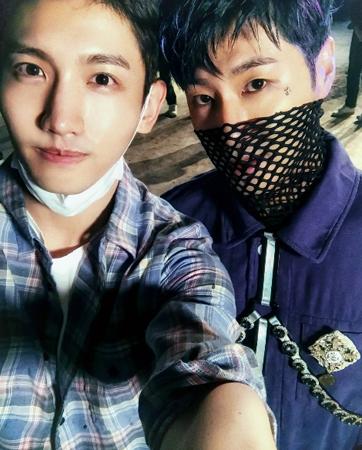 韓国ボーイズグループ「東方神起」が、二人で撮った自撮り写真を公開した。(提供:OSEN)