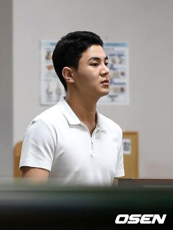 麻薬と飲酒運転容疑を受ける韓国アイドルグループ「男女共学」出身のチャ・ジュヒョク(25、本名:パク・ジュヒョク)に1年6か月の実刑が言い渡された。