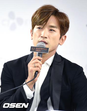 韓国ボーイズグループ「SHINHWA」メンバーのイ・ミヌ(37)が、上映中の映画「キングスマン: ゴールデン・サークル」の一部を無断で撮影し、騒動となった。(提供:OSEN)