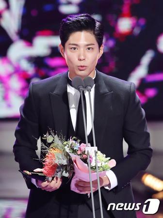 韓国俳優パク・ボゴム(24)に宗教騒動が起きている中、パク・ボゴムの父親が過去に書いたと推定される文章まで注目を集めている。(提供:news1)