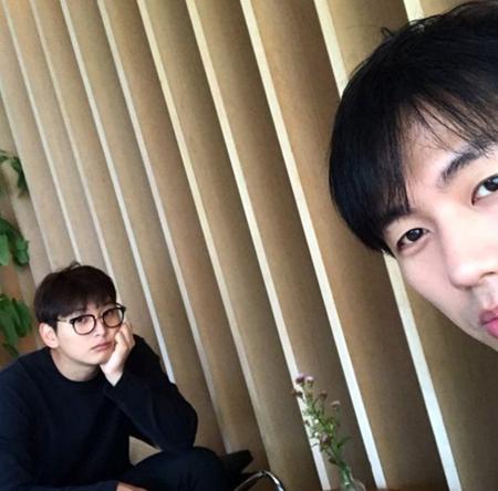 韓国ボーイズグループ「2AM」メンバーのスロンとジヌンが、相変わらずの仲の良さを誇っている。(提供:OSEN)