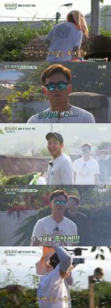 韓国ボーイズグループ「SHINHWA」メンバーのミヌとアンディが、エリックを驚かせるためにドッキリカメラを計画した。(提供:OSEN)