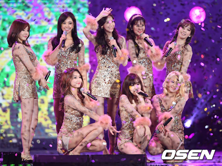 韓国ガールズグループ「少女時代」のテヨン、ユナ、ヒョヨン、ユリ、サニーがSMエンターテインメントと再契約をした。スヨン、ティファニー、ソヒョンは再契約しない方向で決まった。(提供:OSEN)