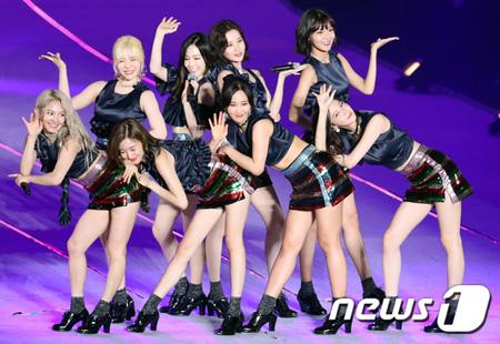 韓国ガールズグループ「少女時代」メンバーたちの再契約に関して、所属事務所のSMエンターテインメント側が立場を明らかにした。(提供:news1)