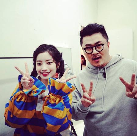韓国のラッパー兼タレントのDefconn(40、デフコーン)がガールズグループ「TWICE」ダヒョン(19)とのツーショットを公開した。(提供:OSEN)