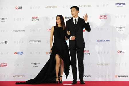 日本の女優・中山美穂が韓国俳優キム・ジェウクと共に「釜山国際映画祭」レッドカーペットに登場した。(オフィシャル)