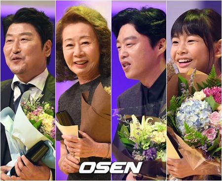 韓国「釜日映画賞」最高作品賞には、映画「タクシー運転手」が選ばれた。左から男優主演賞のソン・ガンホ、女優主演賞のユン・ヨジョン、男優助演賞のキム・ヒウォン、女優助演賞のキム・スアン(提供:OSEN)