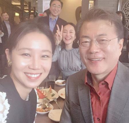 女優コン・ヒョジン、文大統領とのツーショット写真を公開(提供:OSEN)