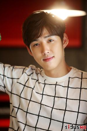韓国俳優ペク・ソンヒョン(28)がドラマ「あなたが眠っている間に」のオ・チュンファン監督と再会する。(提供:OSEN)