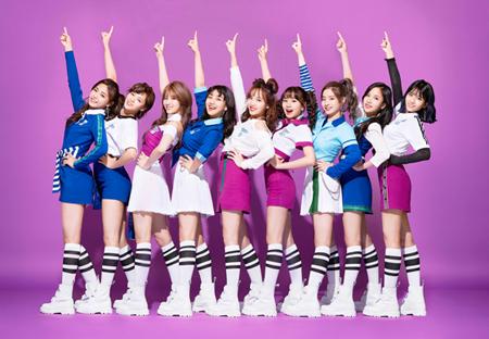アジア発9人組ガールズグループ「TWICE」が国内外で注目を浴びている。(オフィシャル)