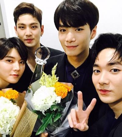 韓国ボーイズグループ「NU'EST W」が、デビューしてから初めて地上波放送局の音楽番組で1位を獲得し、SNSで感謝の気持ちを伝えた。(提供:OSEN)