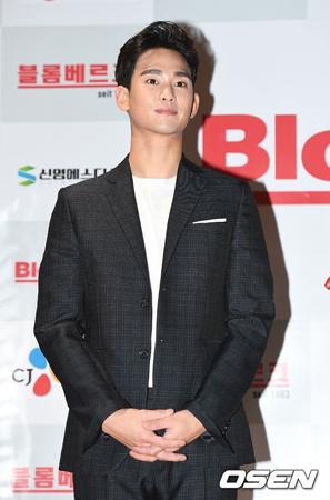 韓国俳優キム・スヒョンが本日(23日)、坡州(パジュ)前進新兵教育隊を通して入隊した。