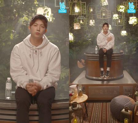 韓国ボーイズグループ「2PM」メンバーのウヨンが、ネット放送で緊張した様子を見せた。(提供:OSEN)