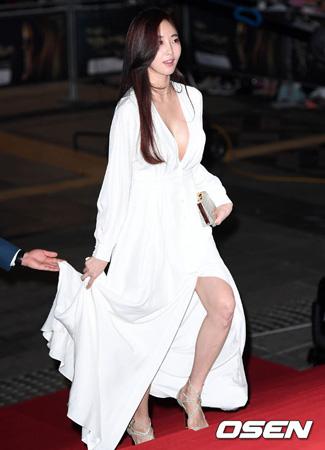 韓国女優キム・サラン(39)のレッドカーペットでのドレス姿が話題だ。