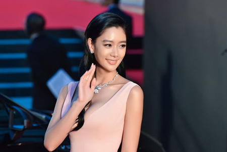 女優クララ、中国映画「ウーマン・イン・レッド」で「2017東京・中国映画週間ゴールド・クレイン賞」人気賞を受賞(提供:OSEN)