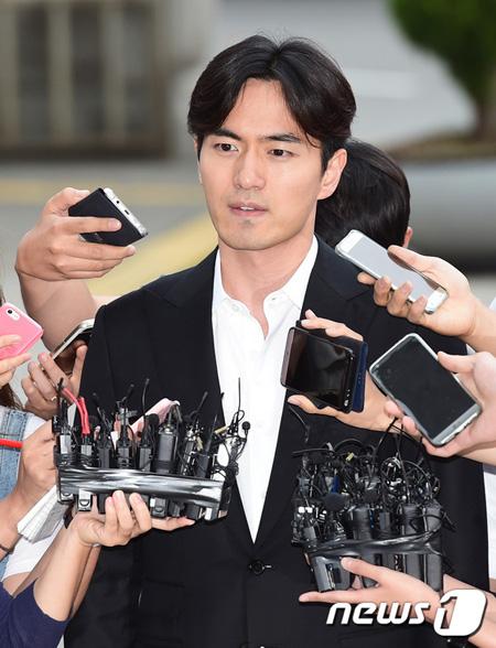 俳優イ・ジヌクを性的暴行で告訴した女、誣告容疑で懲役2年の求刑=韓国検察