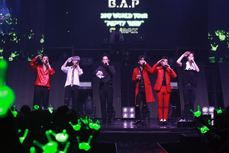 """韓国ボーイズグループ「B.A.P」が、テレンディーなヒップホップからEDM、パンクまで様々なジャンルの音楽を披露し、完ぺきに""""PARTY BABY""""を終えた。(提供:OSEN)"""