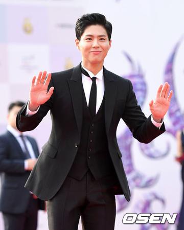 韓国俳優パク・ボゴム(24)がソン・ジュンギ(32)-ソン・ヘギョ(35)カップルの結婚式でピアノを演奏する。