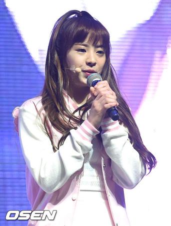 韓国ガールズグループ「OH MY GIRL」メンバーのジニが、所属事務所との専属契約を解約し、グループから抜けることになった。(提供:OSEN)