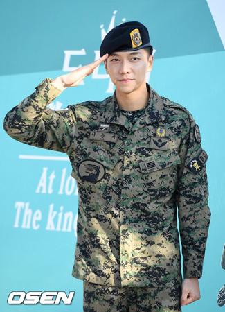 韓国俳優イ・スンギ(30)が多くのファンの出迎えを受け、除隊した。
