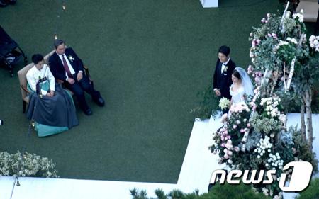 韓国俳優ソン・ジュンギと女優ソン・ヘギョの結婚式場があるソウル・新羅ホテル迎賓館上空には式場内部を見るためにカメラを装着したドローンが出現した。(提供:news1)