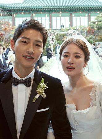 結婚式を挙げた韓国俳優ソン・ジュンギ(32)と女優ソン・ヘギョ(35)が、ファンに感謝の気持ちを伝えた。(提供:OSEN)